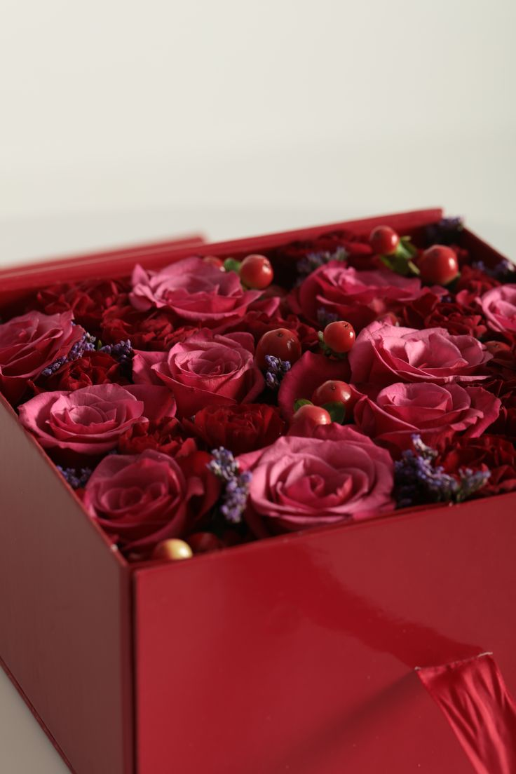 #flowerbox #flowers #smile #flowergirl #gift #giftbox #handmade  #flower #roses #rosebox #beautiful #lovely #box  #giftbox #present #birthdaypresent# luxury #luxurilife #glitterflowers