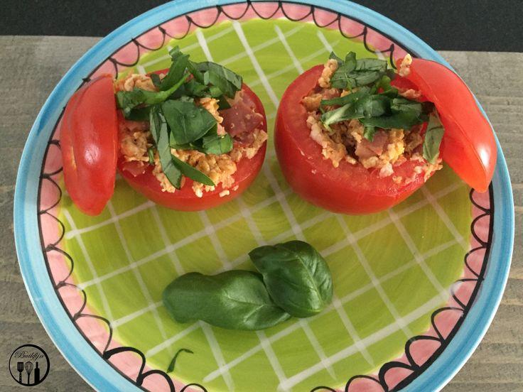 Ingrediënten voor 4 personen  4 tomaten  4 plakken zoute ham  2 el lactose vrij kookroom  3 eieren  1 tl paprika poeder  Zwarte peper  Vers kruid naar keuze: ik gebruikte basilicum  Zwarte peper (naar smaak)  Optioneel: geraspte kaas    Bereidingswijze  1. Snijd het kapje van de tomaten en hol ze uit.  2. Snijd de zoute ham in dunne reepjes en bak ze in een koekenpan.  3. Klop de eieren los