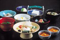 Sasanoyuki(Tofu cookling)   Course meal 初音御膳 (Hatsune gozen) ・小付け (Koduke) ・生盛膾 (Ikemori namasu) ・冷奴 (Hiyayakko) [Cold tofu] ・あんかけ豆腐 (Ankake tofu) ・胡麻豆腐 (Goma tofu) [Sesame tofu] ・絹揚 (Kinuage) ・雲水 (Unsui) ・季節の一品 (Kisetsu no ippin) [Dish of season] ・うずみ豆腐 (Uzumi tofu)  ・デザート
