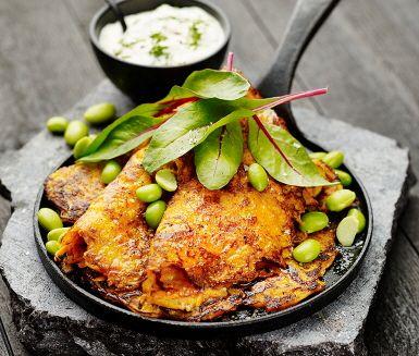 Krispiga läckra morotsplättar med kryddig dillyoghurt är vad som står på menyn. En riktigt god vardagsrätt.  Förutom morötter får plättarna smak av både spiskummin och sesamfrön. Till morotsplättarna serveras fräsch dillyoghurt med smak av dijonsenap och goda grönsaker som sojabönor och mangold.