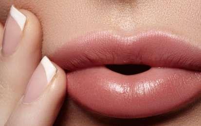 6 rossetti nude da provare per la primavera estate 2016 - Scopri 6 rossetti nude assolutamente da provare per la primavera estate 2016, dal rosa chiaro, al sabbia, passando per il beige e quelle altre sfumature intermedie che, grazie a formulazioni brillante, rendono le labbra eleganti e femminili.