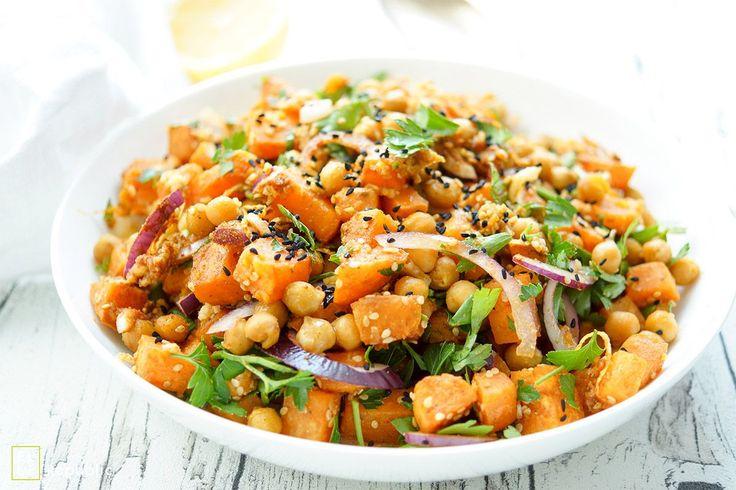 Ich bin überzeugt, dass der Salat aus Süßkartoffeln mit gerösteten Kichererbsen die meisten von Euch begeistern wird. Das liegt an den knusprigen Kichererbsen mit Kreuzkümmel und den ebenfalls gerö…