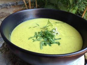 soupe froide curry courgettes coco 3 courgettes moyennes 1 oignon 3 griffes d'ail 1 petite brique de lait de coco 3 c. à s de curry 20g d'huile d'olive 200g d'eau sel et poivre coriandre ciselée faites revenir les oignons et l'ail hachés dans l'huile d'olive, environ 10 min à feu moyen. puis les courgettes , le curry, le lait de coco, l'eau, salez et poivrez. cuire l cuire 15 minutes à feu fort. Mixez et laissez refroidir. Mettez la soupe 1h au frigo .