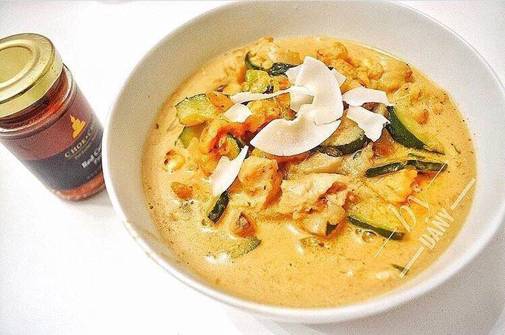 #CURRYLOVE  da hat die liebe @danys_new_life ja was feines kreiert mit unserer Red Curry Paste  in Kombination mit leckerem Gemüse Hühnchen und Kokosraspeln ein wahr gewordener Traum.... mjam mjam  wer hätte hier gerne einen Teller?  .  Unsere Curry Pasten Gewürze Saucen und Sets sind in unserem Online Shop www.chok-chai.at (Link in der Bio @chokchai.thai.cuisine) im Merkur Hoher Markt (Wien) und Gewürze & Co. am Naschmarkt (Wien) für dich erhältlich    Versandkostenfrei ab 49  Versand 1-3…