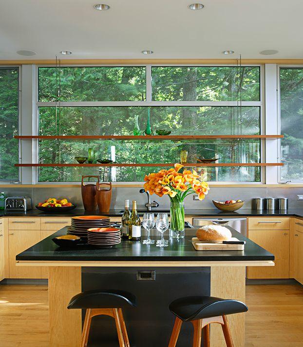 Cozinha de madeira com estilo minimalista. Decoração minimalista na cozinha. Bancada de madeira, iluminação natural.