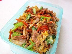 「*お弁当に♪たっぷりきのこ丼*」お肉少なめ、きのこと野菜多めの丼弁当です。卵でとじて、まろやかに♪【楽天レシピ】