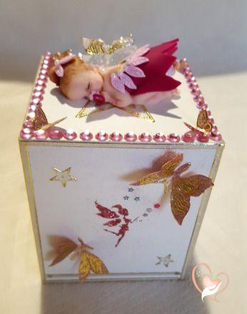 Tirelire enfant bébé fille - au coeur des arts  Bébé fille petite fée rose réalisé en pâte polymère (Fimo),  Petite boîte en bois peinte à la main  Poids : 140 gra - 19536051