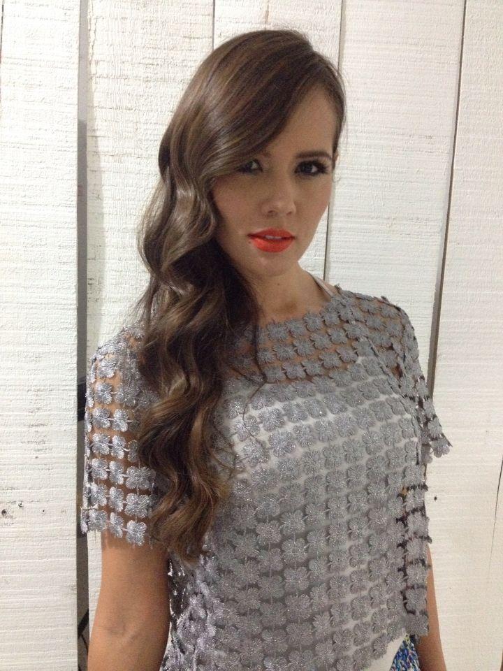 Peinando para la marca KMRKIMORA la modelo Alejandra Ávila