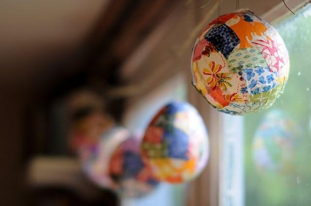 Beautiful colored lanterns made by using balloons, Mod Podge, and fabric scrapsFabrics Kidsart, Art Academy, Schools Ideas, Fabrics Scrap, Colors Lanterns, Scrap Lanterns, Clever Crafts, Fabric Scraps, Fabrics Lanterns