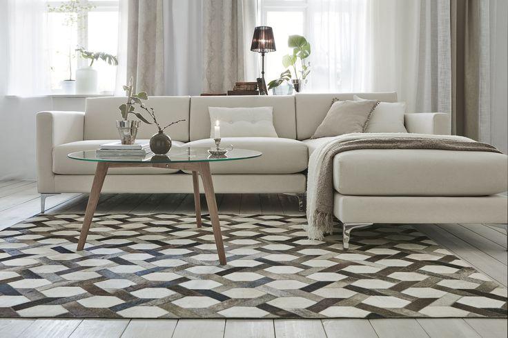 Snyggt vardagsrum med Jotex produkter. Soffa, bord och matta.