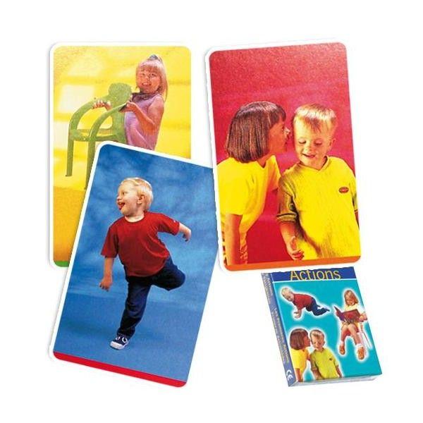 Con l'aiuto di queste schede i bambini impareranno a costruire frasi composte da due o tre parole utilizzando i verbi d'azione.Contenuto: 36 schede da 11.5 x 7.5 cmEtà 3