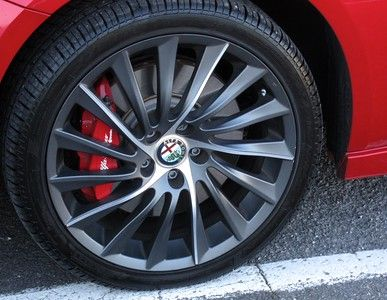 18 inch wheels, fat (225) low-profile tyres (40mm) - alloys vulnerable to damage on kerbs!