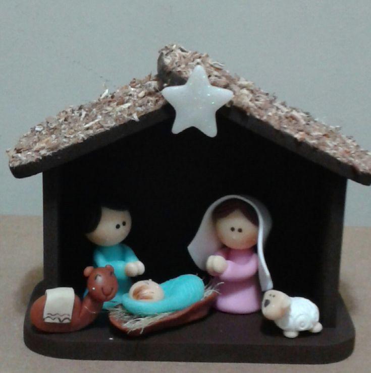 Mini Presépio, confeccionado em biscuit. <br>A casinha é em MDF, pintada e com colagem de serragem no telhado. <br>A peça mede 14cm de comprimento, 13cm de altura e 6cm de profundidade.