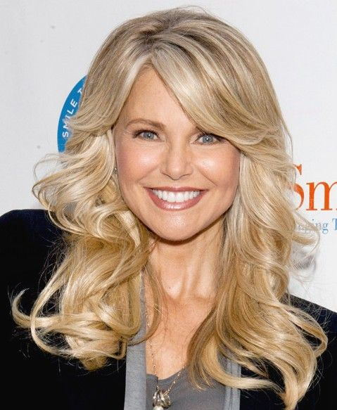 fall hairstyle idea flicked back long blonde waves