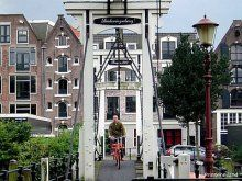 Prinseneiland wordt omgeven door de Prinseneilandsgracht, de Realengracht, de Bickersgracht en de Eilandsgracht. In 1623 werd begonnen met de verkoop van bouwpercelen. Tot na de 2e Wereldoorlog woonde hier nauwelijks iemand. Van de 900 pakhuizen in Amsterdam, stonden er ruim 100 op het Prinseneiland. De meeste pakhuizen zijn gesplitst en in appartementen opgedeeld.