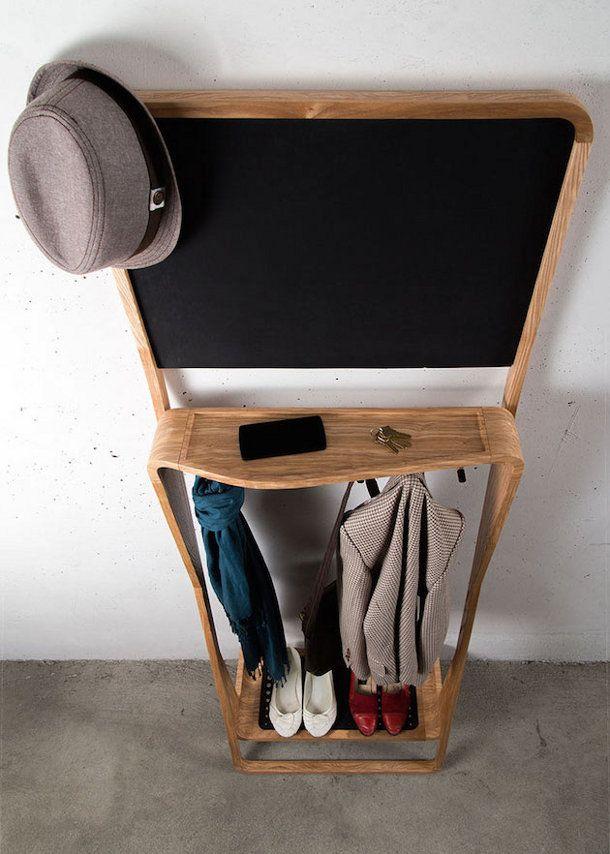 leaning-loop-2. Tegenwoordig is ruimte in moderne appartementen en huizen een schaars goed. Daarom heeft Jason van der Burg deze oplossing bedacht. Dit meubelstuk is een kruising tussen een kapstok, spiegel/prikbord/krijtbord en een schoenenrek. Oftewel de Leaning Loop biedt genoeg plaats voor alles wat je kwijt wilt vlak bij de deur, van sleutels, schoenen tot aan een herinnering om bepaalde boodschappen mee te nemen.