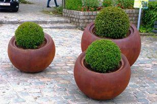 Jardinera Bola 800 y 1200. Fabricada en polietileno de alta densidad y con acabado Acero Corten.