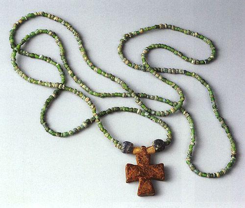 Náhrdelník s jantarovým křížkem z Libice Katalog str. 186 Libice nad Cidlinou, okr. Nymburk Čechy 1. polovina 10. století Praha, Národní muzeum Náhrdelník tvoří dvě hranolové modré, dvě oblé nažloutlé a 403 drobných zelených perel a jantarový křížek s rozšiřujícími se rameny. Náhrdelník patřil do výbavy hrobu č. 159, jenž byl objeven v okolí kostela na libickém hradišti.