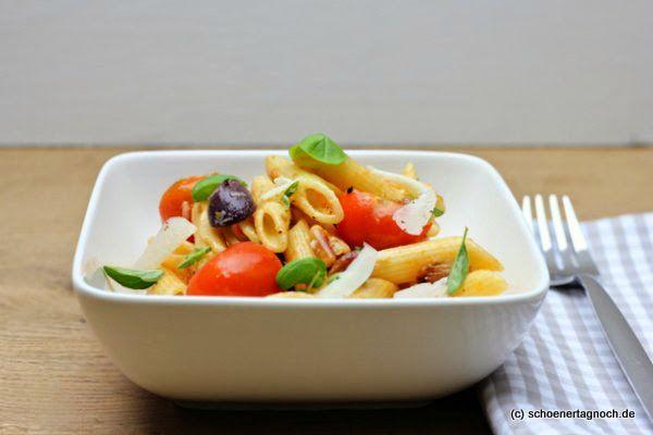 Mein liebster italienischer Nudelsalat zum Grillen! Sizilianischer Pastasalat mit Rosinen, gerösteten Pinienkernen und Oliven