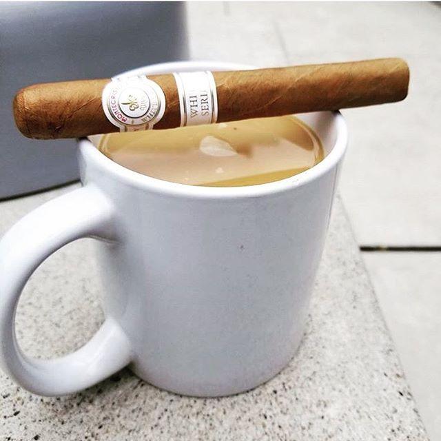 #montecristowhiteseries #ProntosPetite nos ofrecen un humo tostado y aromas cálidos a nuez y dulces los Prontos son pequeños cigarrillos sobresalientes y una excelente relación calidad precio! Montecristo White Prontos Las hojas de tabaco Petite provienen de los suelos cálidos y ricos de Ecuador y el cigarro es hecho a mano en la República Dominicana en Tabacalera de Garcia Ltd. Disponibles en @marqueslicores #nuestro aliado comercial en Merida- Venezuela ... síguenos en @tabacostore…