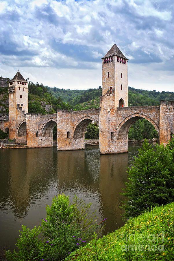 Pont de Valentre à Cahors dans la région Midi-Pyrénées. Ce n'est pas les beautés de la nature et patrimoines historiques et culturels qui manquera à visiter dans cette région. #france #vacances