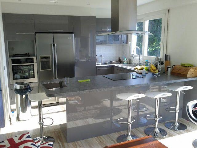 Cuisine en U laquée gris brillant. Cuisine design avec espace repas bar, frigo américain et cave à vin