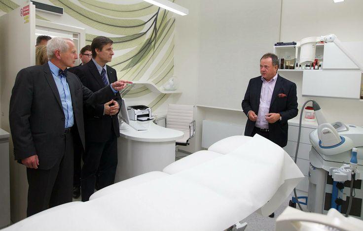 Profesor Pirk, šéf kardiochirurgického centra IKEM a Doktor Aleš Herman (ředitel IKEMu) u amerického laseru Palomar, kterým na Brandeis Clinic ošetřujeme jizvy, strie, vrásky, žilky a pigmentové léze. Vysvětluje Ing. Antonín Brandejs.