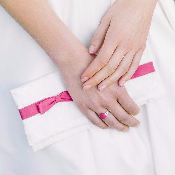 Franzi-Clutch aus bestickter Seide mit kleiner Schleife in Pink und Reißverschluss.