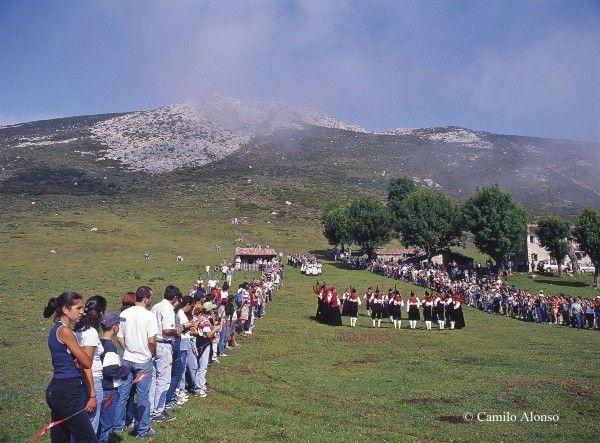Vega de Enol: extensas praderías con una capilla donde cada 25 de julio se celebra la Fiesta del Pastor, declarada de Interés Turístico Nacional.