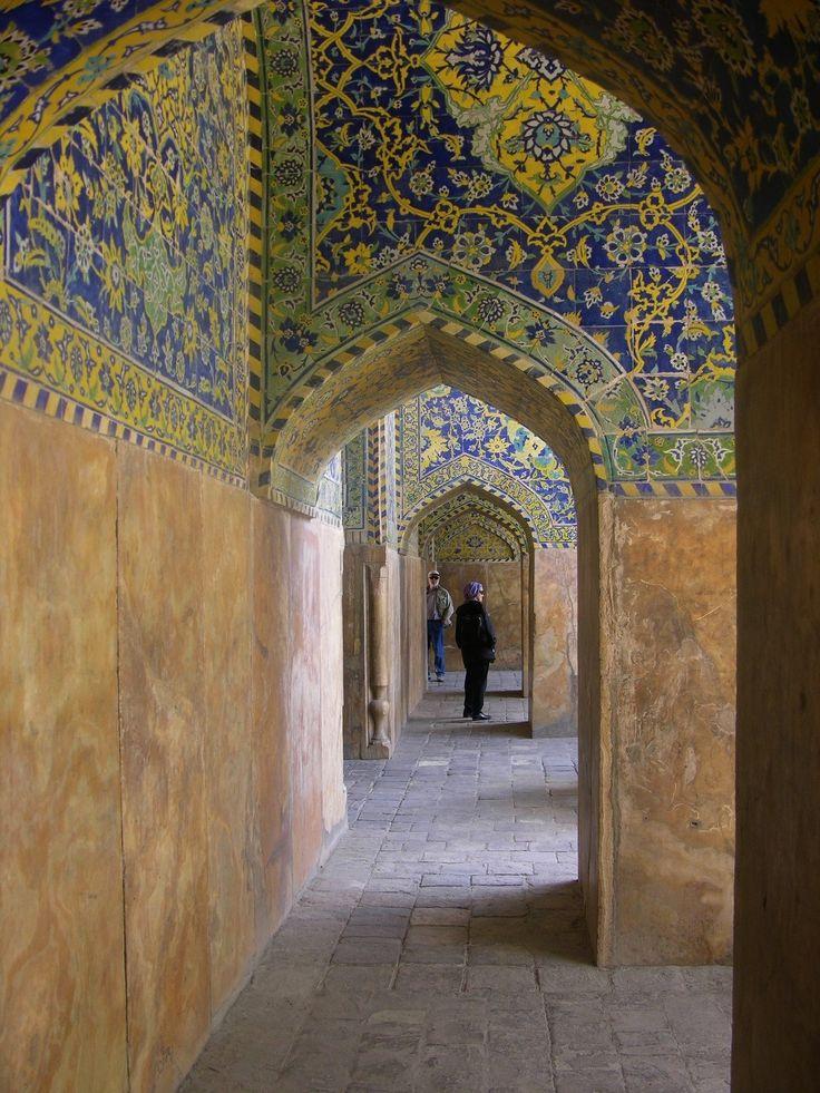 Laat je betoveren door de cultuur van de oude Perzische beschaving met zijn tapijten, moskeeën en paleizen tijdens deze rondreis door Iran.