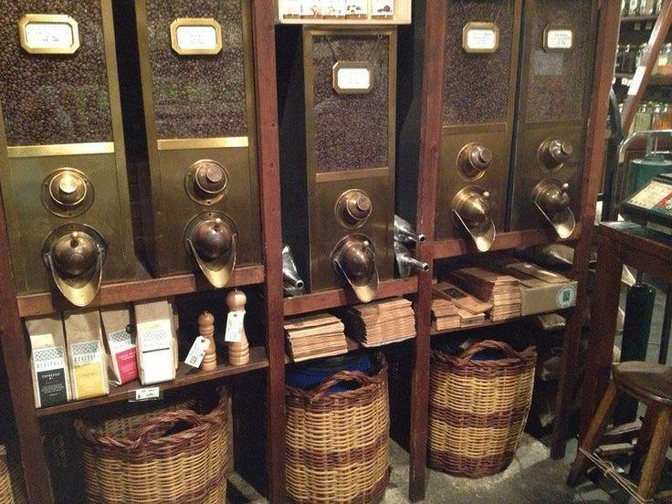Tras más de 150 años de historia, esta tienda barcelonesa de frutos secos, sigue manteniendo el encanto y la estética de las tiendas artesanas de antes.