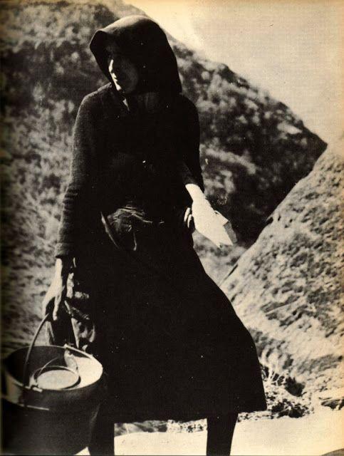 1968. Vall d'Aran, «Catalunya Visió 2», Vallverdú/ Sirera. La gent i la vida tradicional de l'Aran, encara visibles algunes dècades enrere, han passat ja a una altra vida, a la del record. Dona a Canejan.