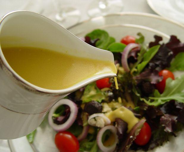 Salata SosuSalatalarda kullanabileceğiniz son derece leziz salata sosu.. Malzemeler: 3 çorba kaşığı zeytinyağı, Yarım demet dereotu, 1 diş sarımsak, Yarım limonun suyu, 1 tatlı kaşığı mayonez, 1 tatlı kaşığı tuz, 1 çay kaşığı hardal.