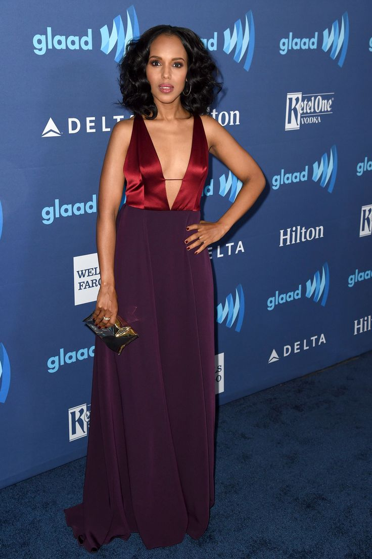 #KerryWashington attended the GLAAD Awards in LA recently carrying the #AnyaHindmarch #CrispPacket clutch in gold.