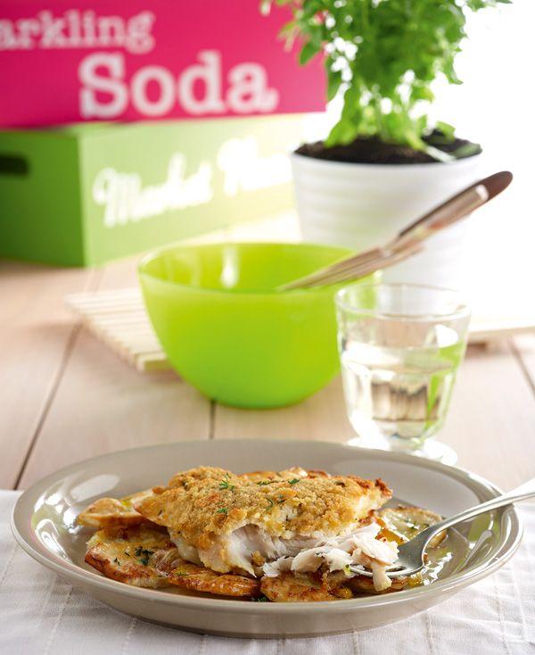 Το παναρισμένο ψάρι αρέσει πολύ ακόμη και στα παιδιά που συνήθως το αποφεύγουν. Για ακόμη πιο υγιεινό και γευστικό αποτέλεσμα, θα το ψήσετε στον φούρνο, παρέα με αρωματικές πατάτες. Δείτ και τα tips της Ελένης Ψυχούλη για τραγανό πανάρισμα στον φούρνο.