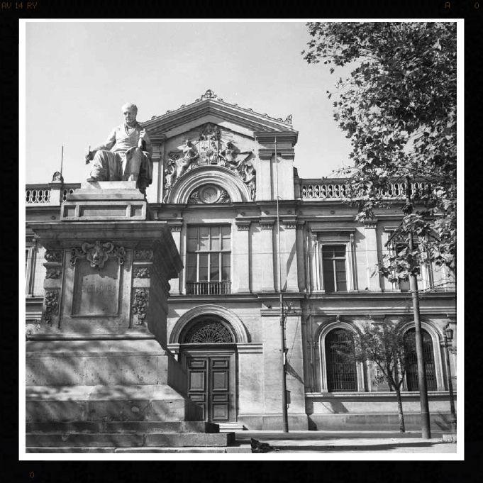 Don Andres Bello al medio de la Alameda frente a la casa central de la Universidad de Chile, con las modificaciones al bandejon central quedó sobre la vereda como lo puedes observar mientras espera el Transantiago   by santiagonostalgico
