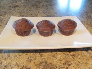 Muffins moelleux au chocolat et zucchini. Mettre seulement entre 1/2 et 2/3 tasse de sucre, omettre les pépites et remplacer le lait par du lait d'amande.