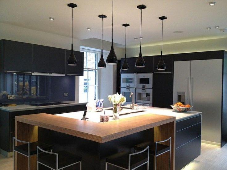 cocina moderna muy elegante con muebles e isla de color negro