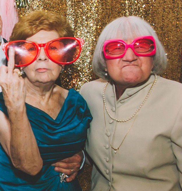 À l'heure où nous rédigeons ces lignes, les deux grands-parents présents sur la photo, qui a été vue plus de deux millions de fois sur Imgur, ne sont absolument pas au courant qu'elle est devenue virale. | Ces grands-parents ont pris une photo parfaite au mariage de leur petite-fille