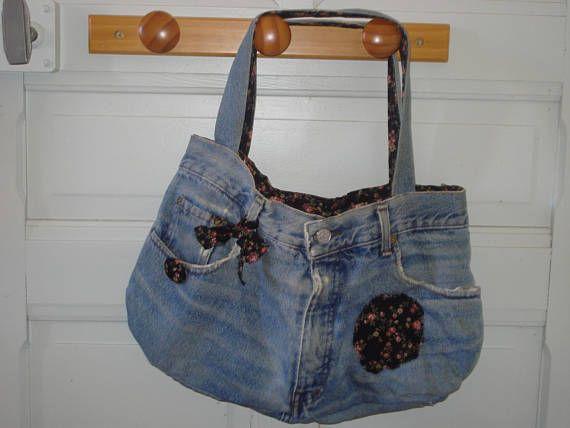 Ce sac à main a été confectionné avec un vieux jean et entièrement doublé dun tissu de type liberty à fond noir. Il dispose dune poche intérieure. Il est décoré sur sa face avant dun bouton recouvert, dun ruban et dun appliqué. Le sac à main dispose de tous les éléments de reconnaissance dun jeans : ses poches avant, le bouton de braguette, les poches arrière et létiquette au dos de la taille typique des jeans. Il mesure 37cm en largeur et 27 cm en profondeur (mesure prise en son centre)…