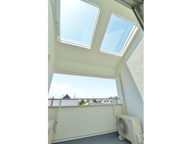 Onocom Design Center ベランダ<br /> 2つの大きな天窓がある屋根付きのベランダなので、雨を気にせず洗濯物を干せます。