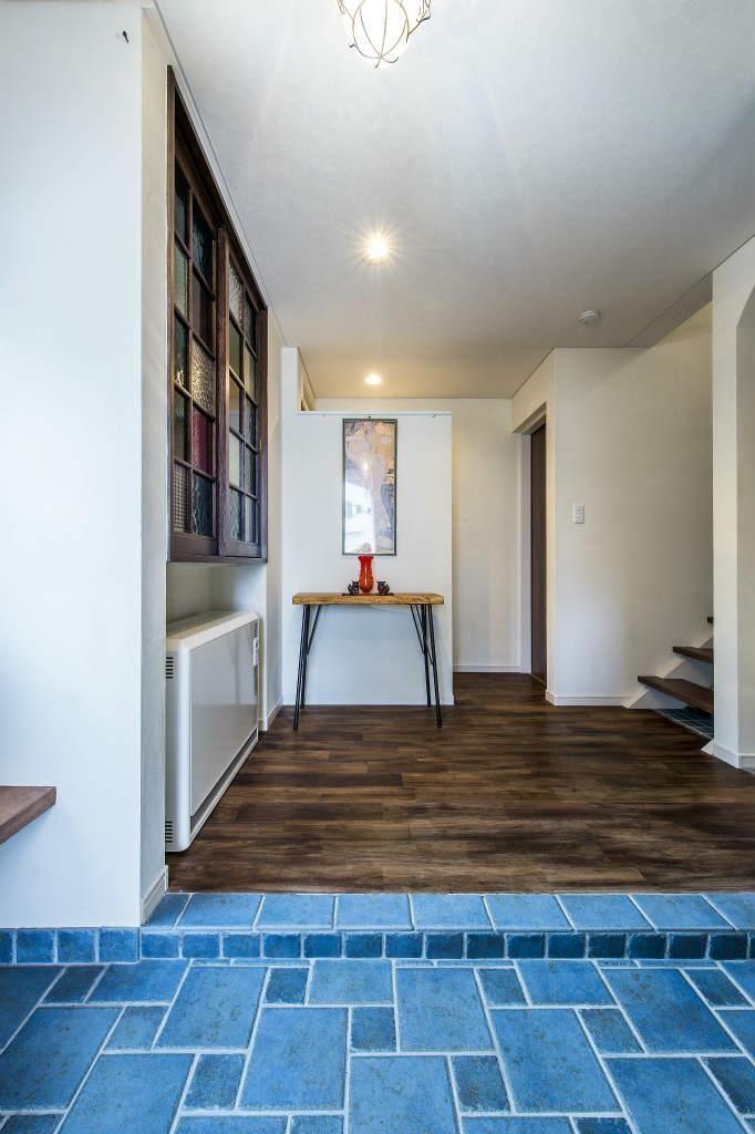 玄関事例:玄関(瑠璃色タイルが美しい、レトロモダンな家)