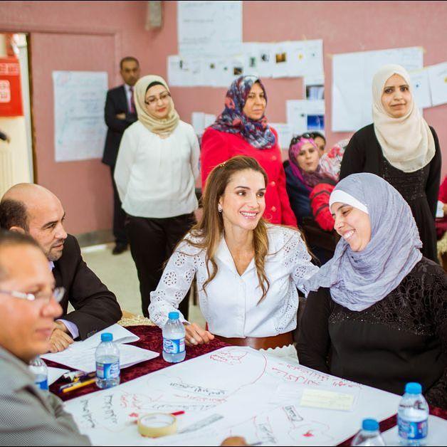 Question éducation #QueenRania ne se préoccupe pas seulement de lancer de nouveaux programmes éducatifs pour les enfants et adolescents qui étudient en #Jordanie. Lépouse du roi Abdallah II veille aussi à la formation et au développement des compétences des enseignants et directeurs détablissements publics comme privés via la QRTA une institution indépendante à but non lucratif quelle patronne. Retrouvez l'article et le diaporama sur : http://ift.tt/1tVP0px. Photo :PPE/Royal Hashemite…