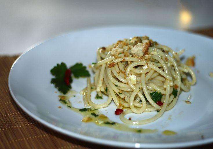 Spaghetti con colatura di alici e mollica croccante, un primo piatto saporito, veloce da preparare e godurioso nella sua semplicità.