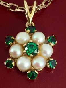 Gouden hanger met smaragd en parel met bijzondere gouden ketting met vierkante schakels