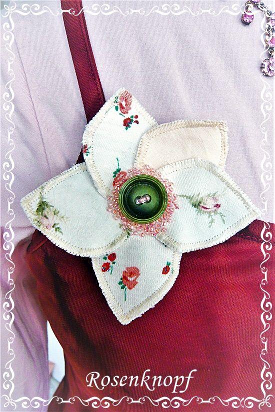 Bezaubernde,  plastisch wirkende Blütenbrosche in Ivory und Rosa mit Blümchenprint♥