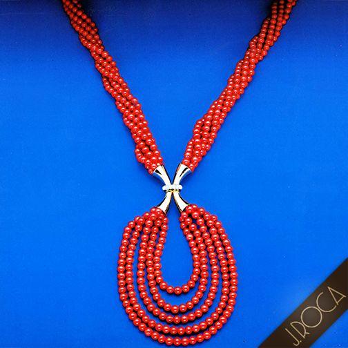 LA CONSOLIDACIÓN DE LA JOYERÍA J.ROCA (Parte 17ª): INNOVADORAS COLECCIONES DE JOYAS: Tras la apertura de la Boutique de J.ROCA en la Avda. Diagonal de Barcelona, se presentaron innovadoras colecciones de joyas con diseños fascinantes, entusiasmaron a nuestros nuevos clientes. La marca seguía generando éxitos por el excelente dominio en el oficio de joyeros artesanales. Los mejores metales se combinaban con diferentes materiales y piedras preciosas de altísima calidad. Continuará...