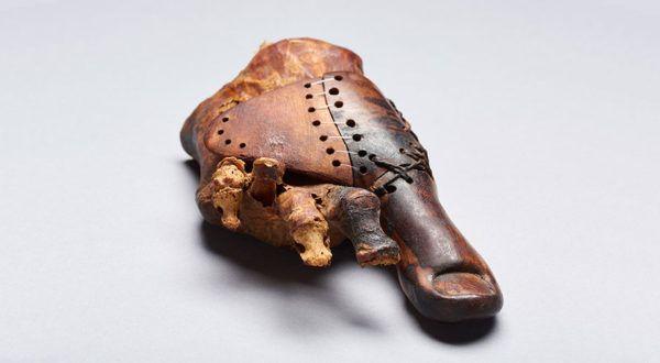 Cel mai vechi dispozitivprotetic are o vechime incredibilă șine arată că până și în vremurile antice existau modalități ingenioase de a masca un defect estetic.  Cercetătorii reexaminează degetul protetic din lemn care datează încă din Egiptul antic și ne oferă noi informații cu privire la producerea și scopurile sale.   #defect #deget #dispozitiv protetic #egipt #entertainment #Feature #review #Stiinta #Stiri