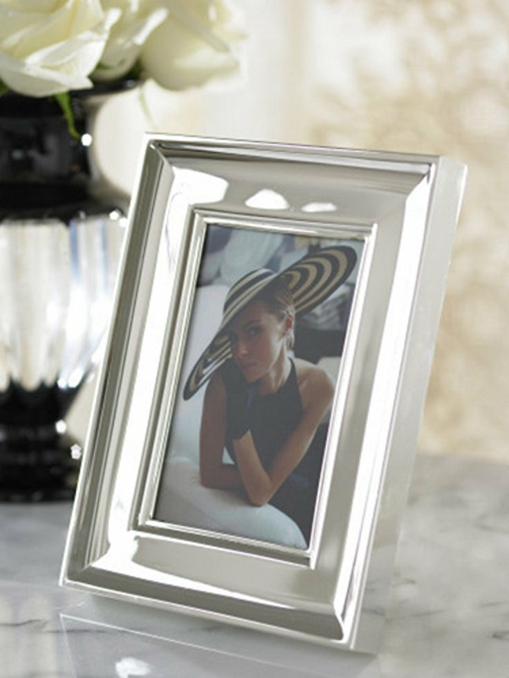 A beautiful display for a treasured image, this handsome photo frame is designed with elegant sweeping lines.
