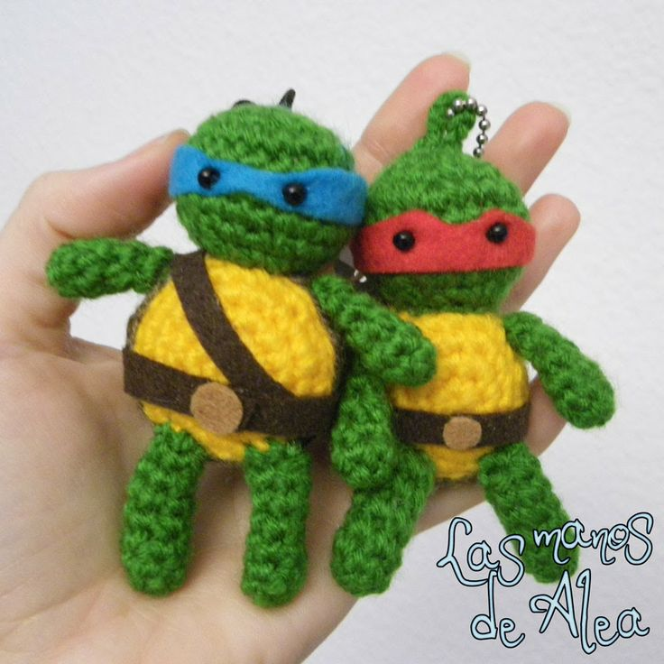 Tortuga Ninja Amigurumi - Patrón Gratis en Español e Inglés  aquí: http://www.lasmanosdealea.com/2014/01/a-little-reyes-ninja-present-un-pequeno.html#more